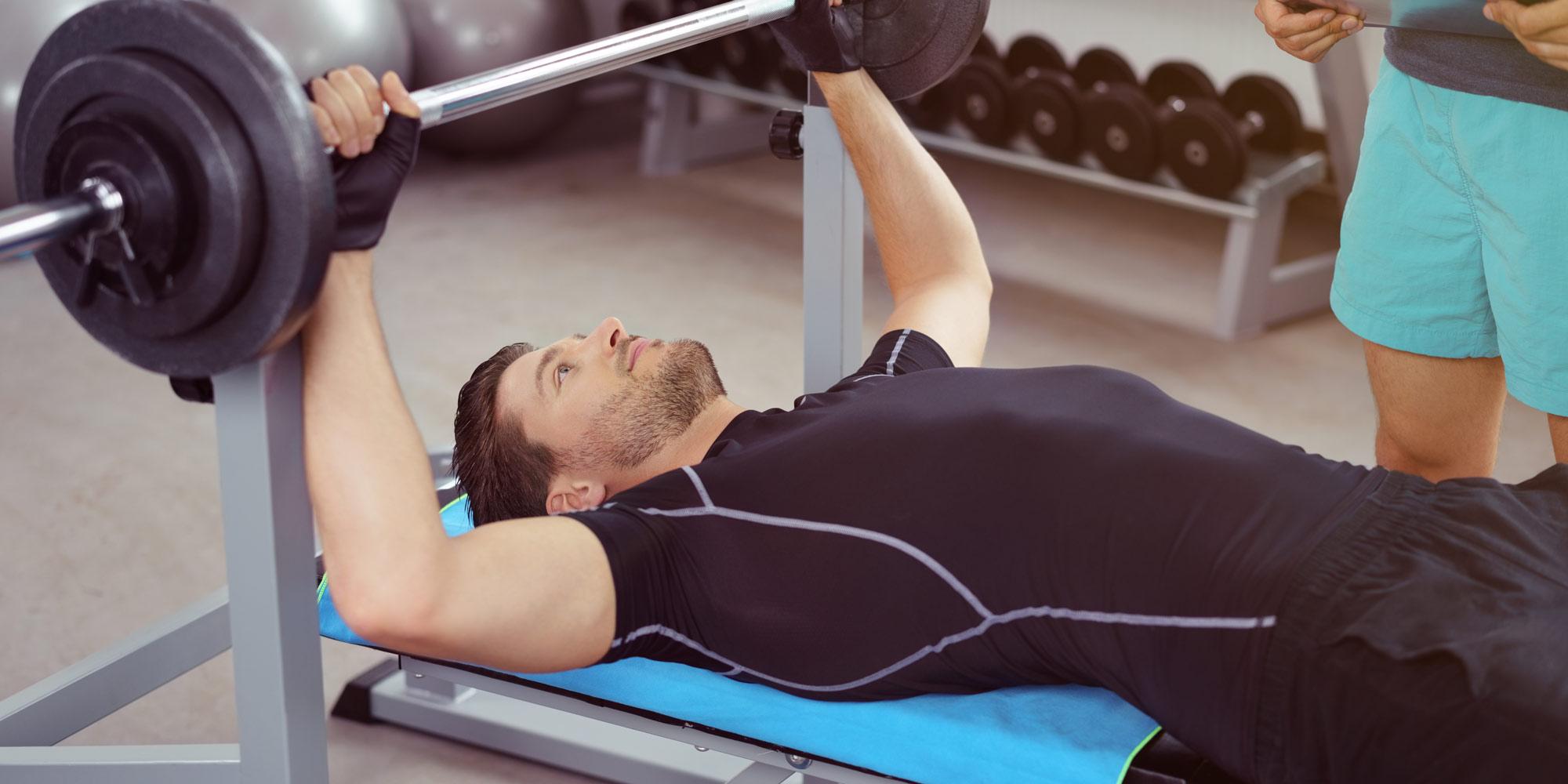 Mann auf der Hantelbank - pro-fitness-discounter